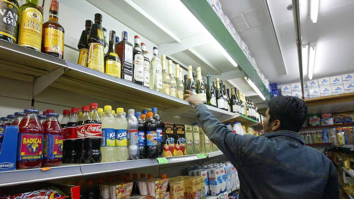 Botellas de bebidas alcohólicas en un supermercado de L'Hospitalet.