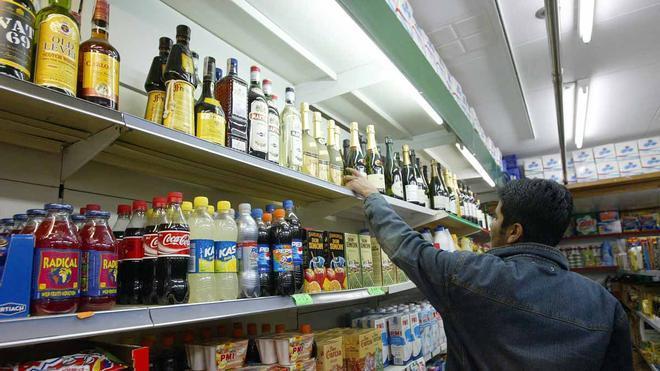 Barcelona cerrará las tiendas que vendan alcohol fuera del horario o a menores