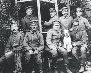 EL BIGOTI D'UN «HOME SENSE CARA» 3Hitler, el 1915, primer per l'esquerra amb altres correus, i a dalt, a Fournes, segons Thomas Weber, «una patètica figura secundària en una foto que ratlla el menyspreu».