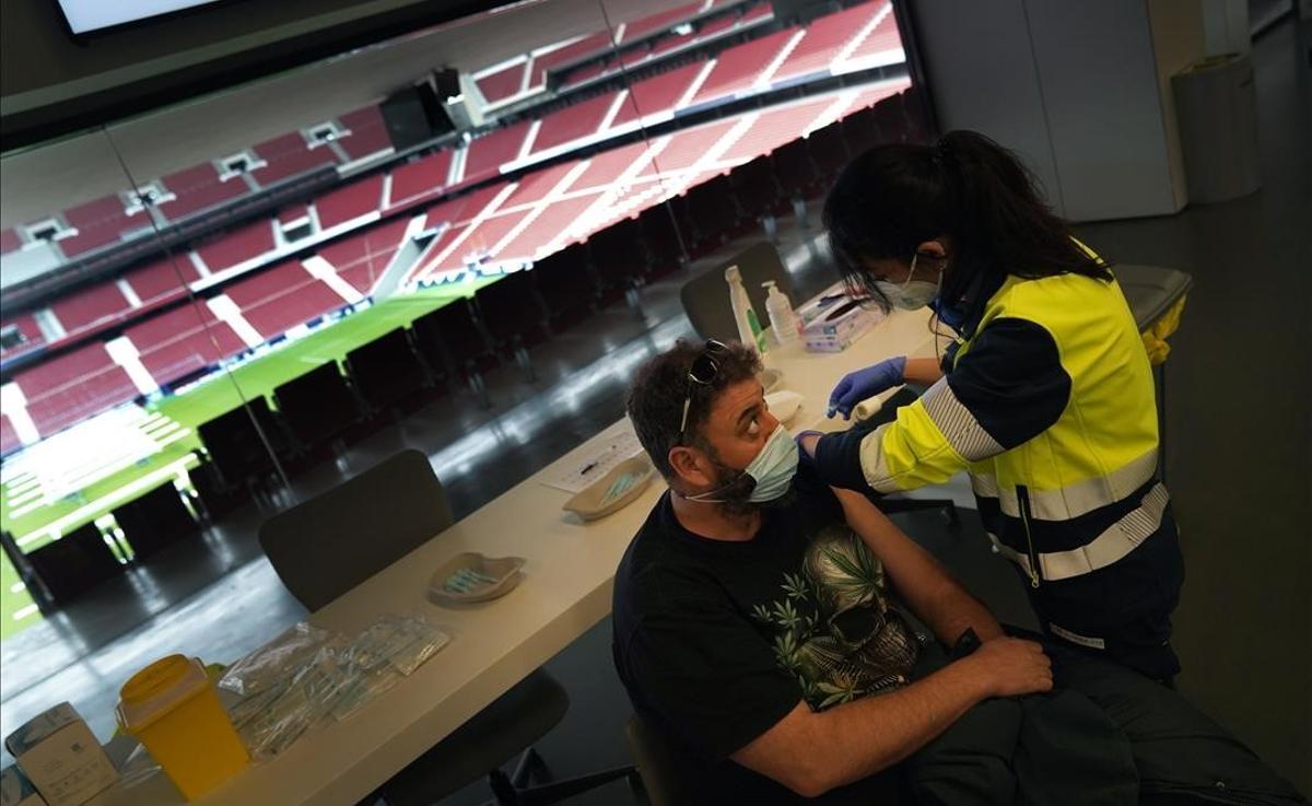 Punto de vacunación contra el COVID-19 que el Gobierno regional ha puesto en marcha en el Estadio Wanda Metropolitano de Madrid.  En este dispositivo reciben la vacuna policías locales y efectivos de los cuerpos de Emergencias.