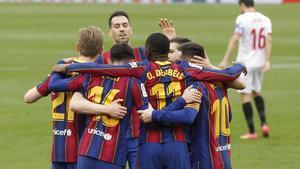 Los jugadores del Barça se abrazan después del gol de Dembelé.