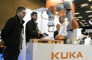Un brazo robótico de la firma KUKA, en la feria Advanced Factories.