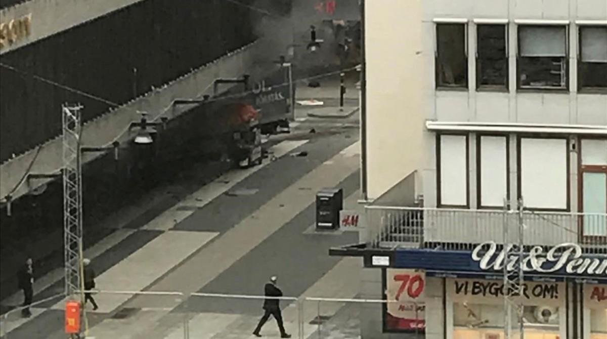 Un camión conducido por un terrorista, empotrado en unos grandes almacenes en la calle Drottninggatan de Estocolmo-