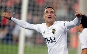 El jugador del Valencia, Rodrigo, celebra el tercer gol ante el Getafe
