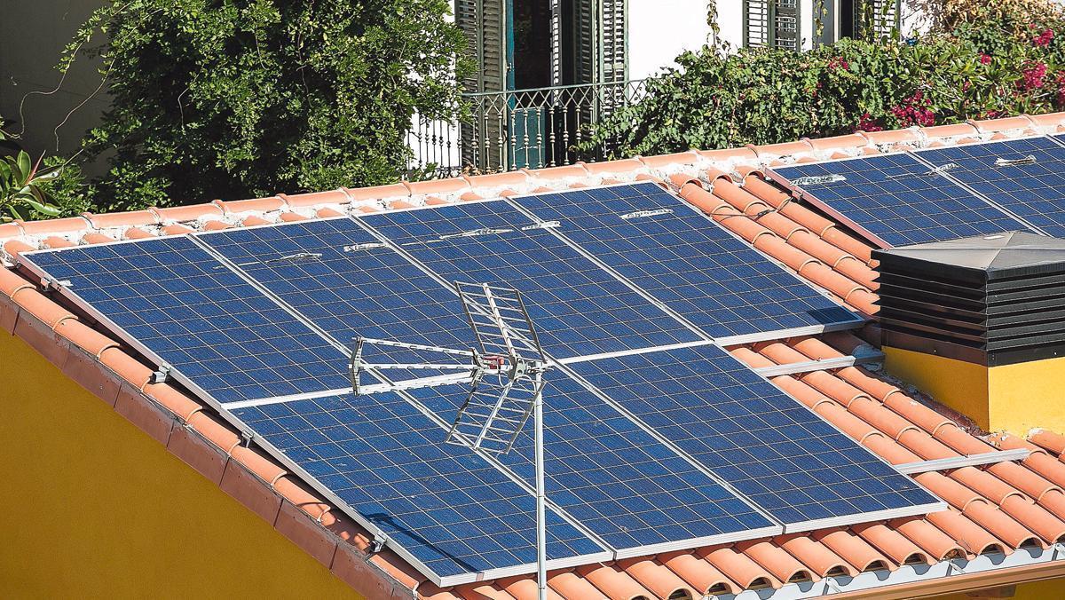 Placas fotovoltaicas para el autoconsumo en un tejado de Barcelona.