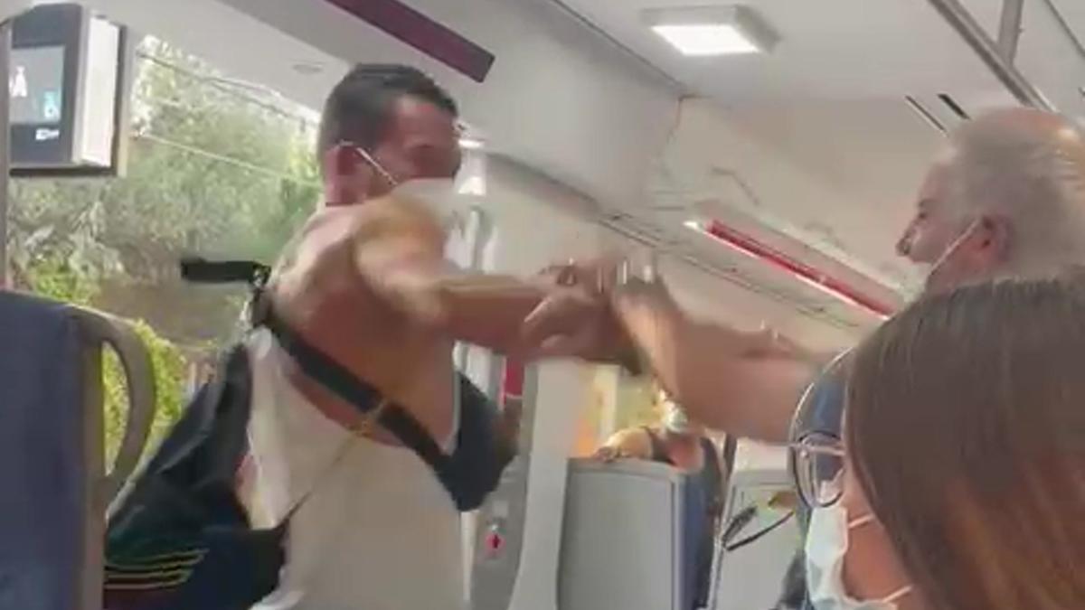 Vídeo   Agresión en Rodalies Renfe: un pasajero pega a dos vigilantes en Mollet del Vallès