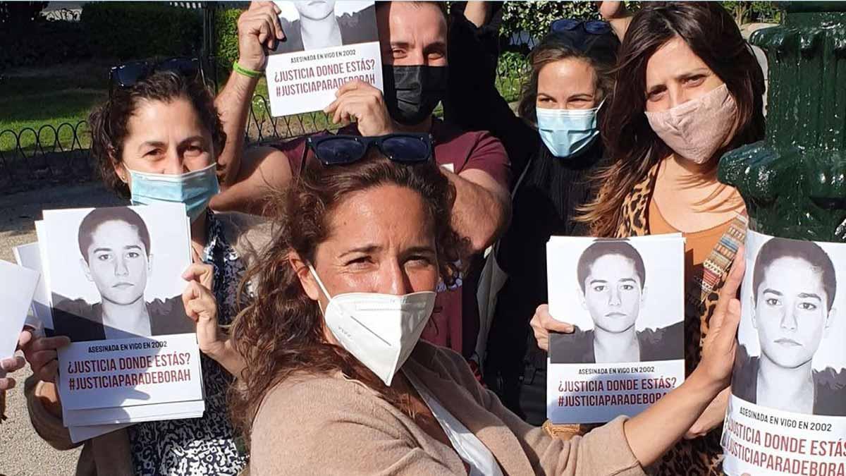 La hermana de la víctima y colaboradores, distribuyendo carteles pidiendo justicia para Déborah.