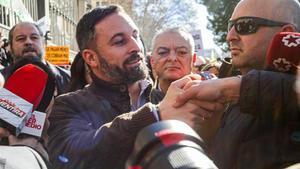 El presidente de Vox, Santiago Abascal, rodeado de reporteros y simpatizantes, en un acto el 5 de febrero en Madrid.