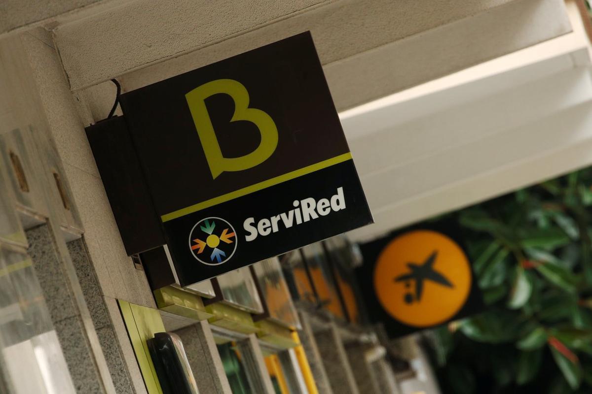 Oficinas de Bankia y CiaxaBank en Barcelona.