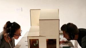 Dos espectadores interactuandi con'Cases', un proyecto de la escenógrafa Xesca Salvà.