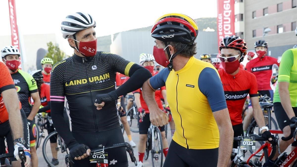 Miguel Induráin y Pedro Delgado se saludan en la salida ante Martín Fiz.