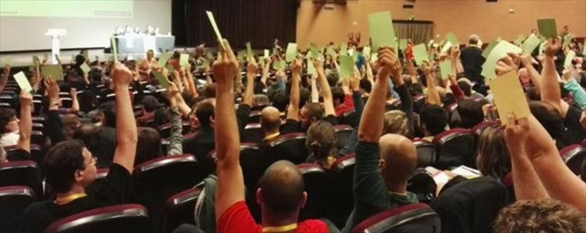 Participantes en la asamblea de la CUP del pasado domingo en Esparreguera, en el momento de votar.