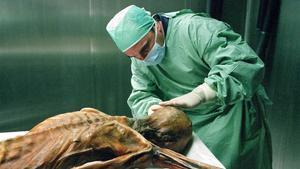 Un científico analiza la momia de Ötzi, en una imagen de archivo