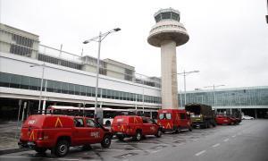 Vehículos militares, aparcados junto a la torre de control del aeropuerto del Prat.