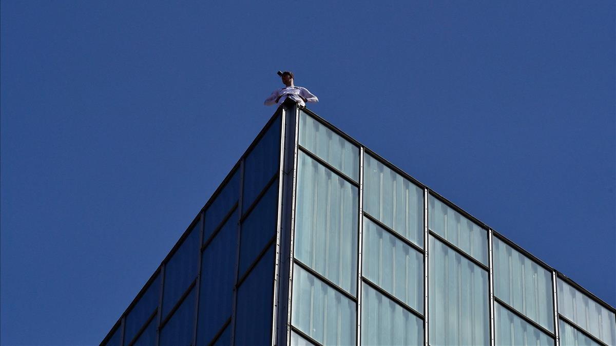 George King mira desde lo alto del hotel Melià Sky, tras escalarlo a pulso.