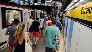 Turistas y vecinos, en el andén de la parada de metro Ciutadella-Vila Olímpica, se dirigen a la playa, en una imagen de archivo.