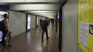 El pasillo del intercambiador del metro en la estación de Passeig de Gràcia, con el cartel que avisa del cierre por obras.