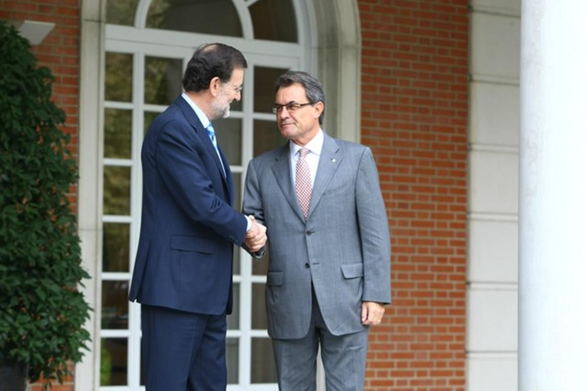 Mariano Rajoy saluda a Artur Mas, este jueves, en las escalinatas de la Moncloa.