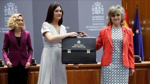 Intercambio de carteras entre Carmen Montón, exministra de Sanidad, y su sucesora, María Luisa Carcedo.