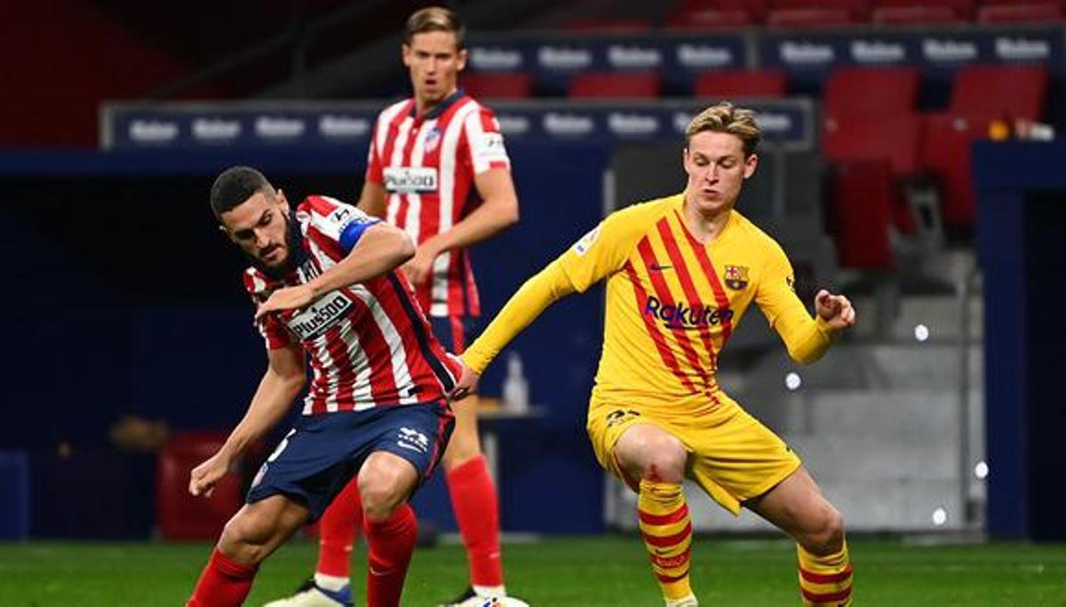 De Jong y Koke luchan por un balón en el partido de la primera vuelta.