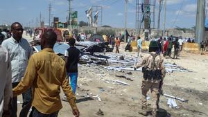 Civiles y miembros de las fuerzas de Somalia tras un atentado de Al Shabaab en Mogadiscio.