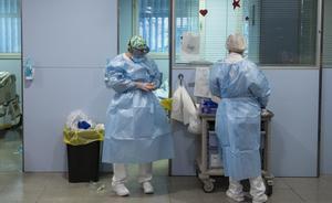 Personal sanitario de la UCI para enfermos de coronavirus del Hospital Universitario Josep Trueta de Girona.