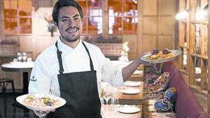 Francisco Benítez, chef de L'Eggs, con dos de sus con huevos.