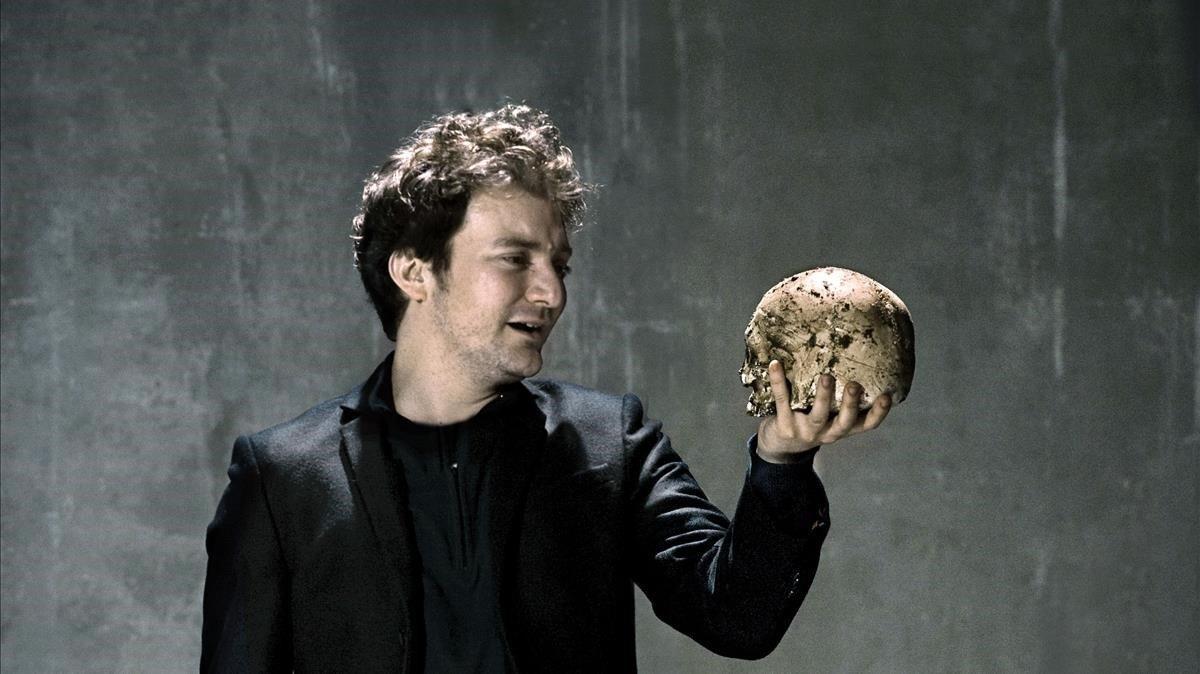 El actor Pol López durante su actuación en la obra Hamlet en el Teatre Lliure