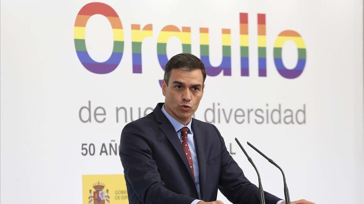 El presidente del Gobierno, Pedro Sánchez, recibe en Madrid a representantes de colectivos LGTBI con motivo de la celebración de la Semana del Orgullo, el 3 de julio del año pasado.
