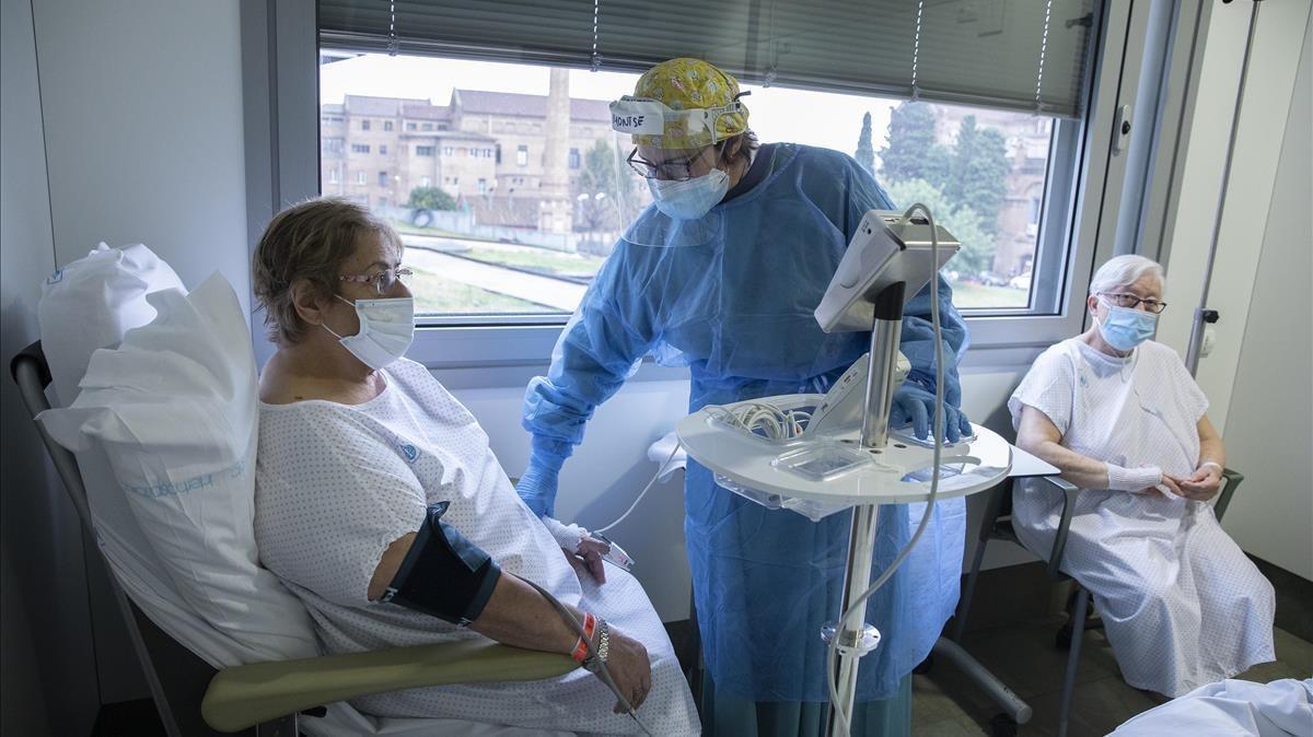 Montse, enfermera del Hospital de Sant Pau, en la planta hospitalaria con enfermos de covid-19.