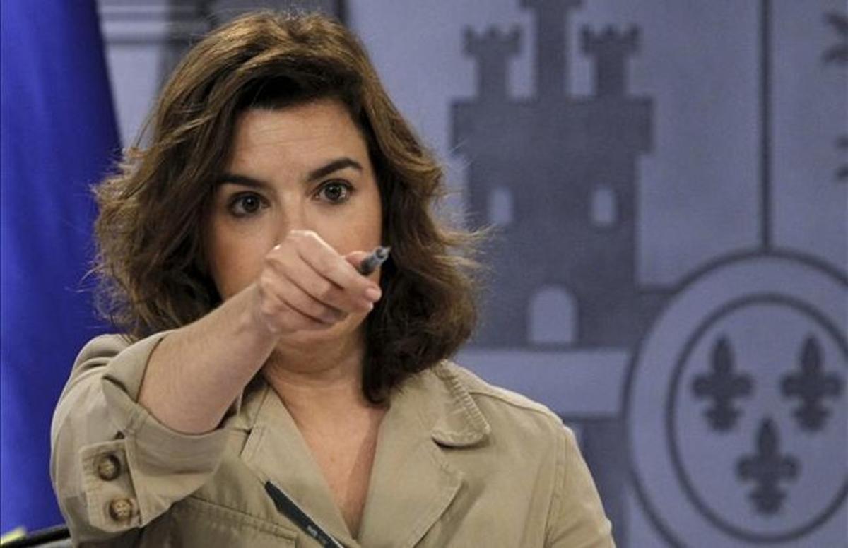 La vicepresidenta del Gobierno, Soraya Sáenz de Santamaría, este viernes, en la rueda de prensa posterior al Consejo de Ministros. EFE / J. J. GUILLÉN