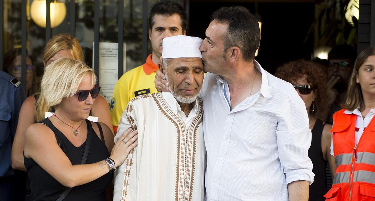 El padre del niño fallecido en la Rambla y el Imán de Rubí se funden en un abrazo