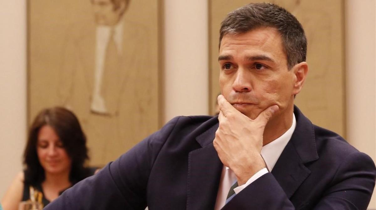 Sánchez, durante su reunión con los parlamentarios socialistas, este lunes en el Congreso.
