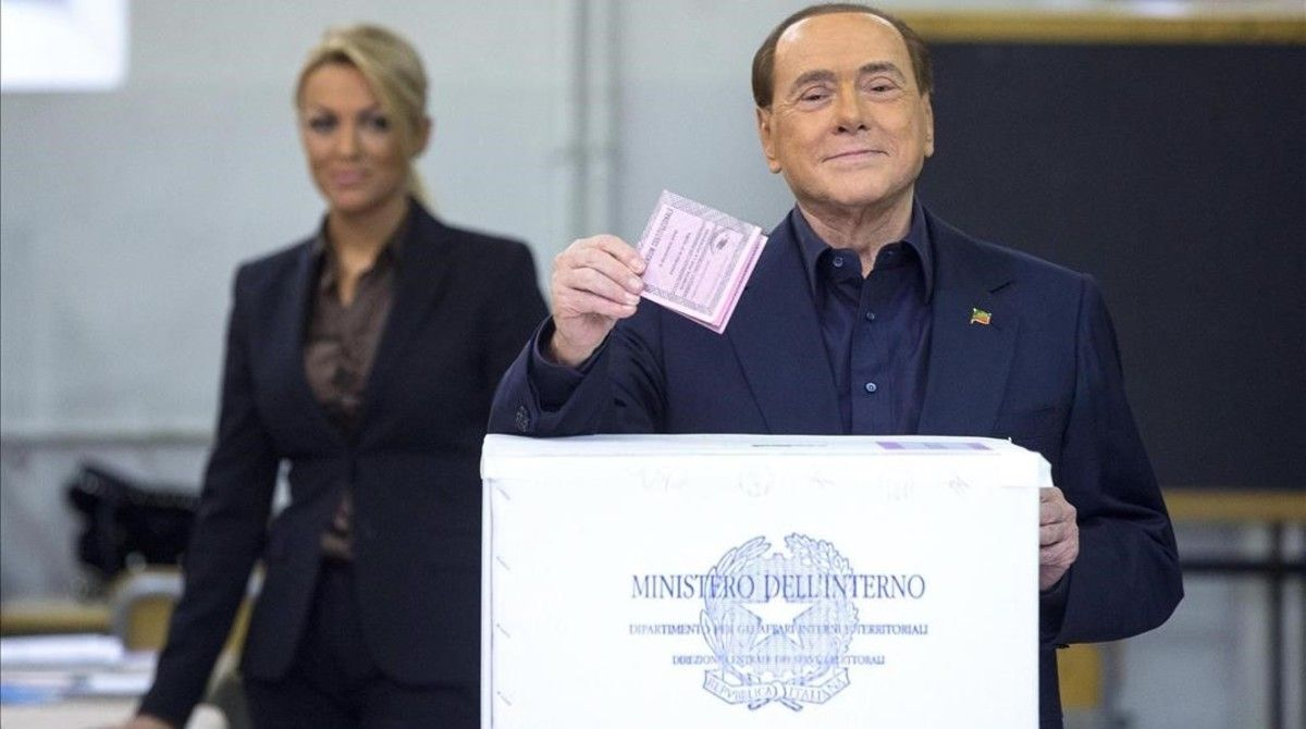 El exprimer ministro italiano Silvio Berlusconi vota en un centro electoral de Roma, este domingo.