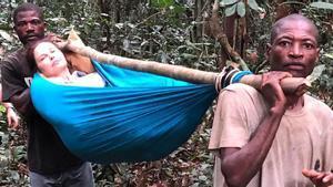 Ashley Judd, transportada en un hamaca por la selva de El Congo.