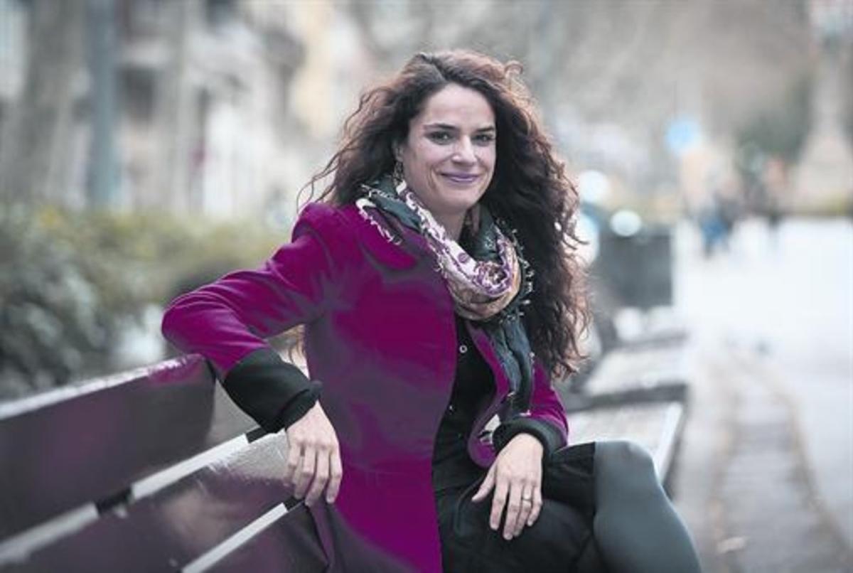 La actriz Lara Díez, en el paseo de Sant Joan, que tanto elogia y admira, y al que da el balcón de su viviienda.