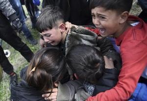Unos niños lloran después de que la policía usó gas lacrimógeno durante los enfrentamientos en las afueras de un campo de refugiados en la aldea de Diavata, al oeste de Tesalónica, en el norte de Grecia. Una ruta en la que cientos de miles entraron a los países más prósperos de Europa.