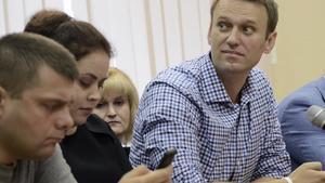 El dirigente opositor ruso Alexei Navalny (derecha), durante el juicio, este jueves en Kiev.