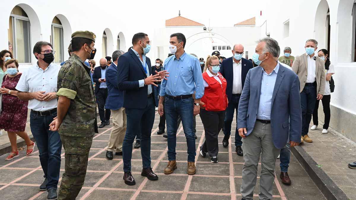 Pedro Sánchez visita el centro de afectados por el volcán de La Palma.