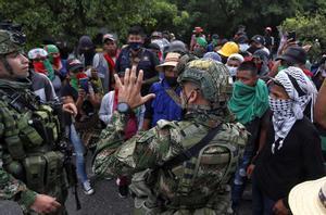 Soldados dialogan con manifestantes indígenas en Cali en la movilización de este domingo.