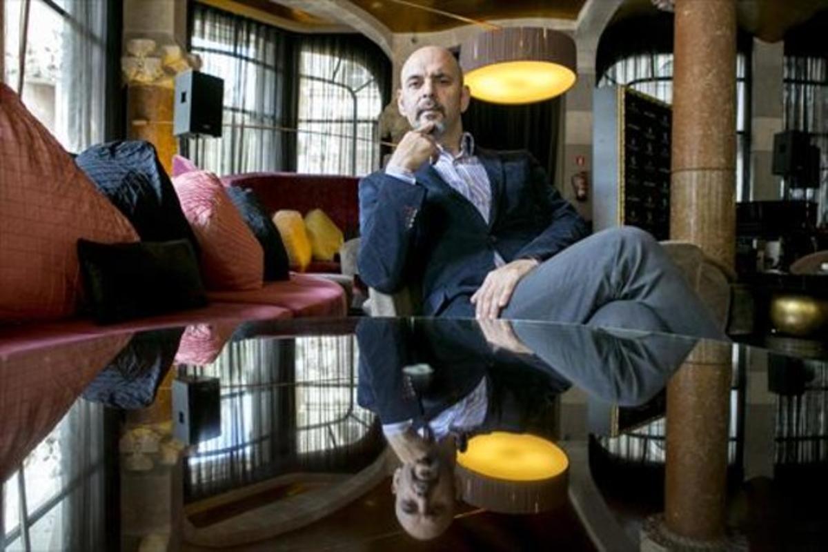El escritor Daniel Estulin, fotografiado en la cafetería de un céntrico hotel de Barcelona.
