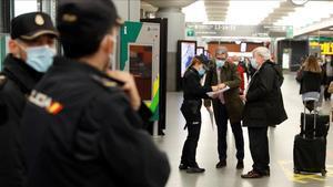 Controles de la Policía Nacional en la estación de Atocha de Madrid, este jueves.