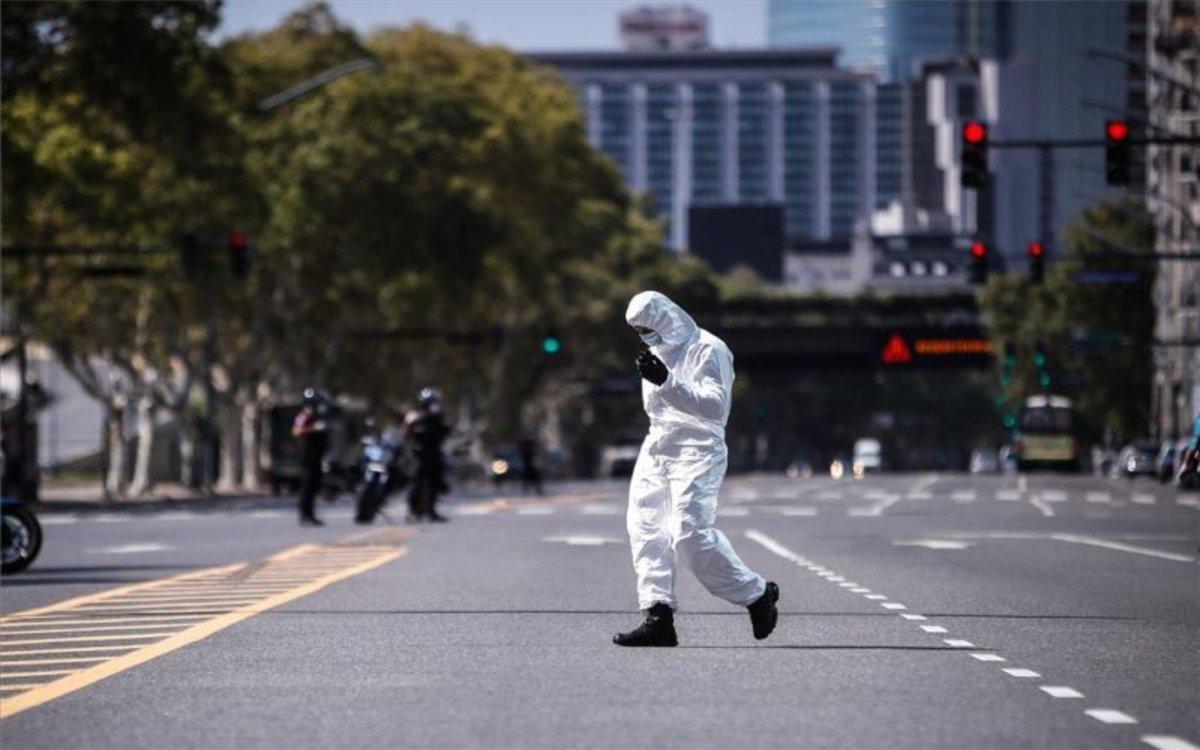 Personal médico y policías en Argentina durante la cuarentena por coronavirus.