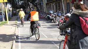 Paseo de Gràcia con Diagonal, este lunes. El carril bici que en breve se bajará por fin a la calzada