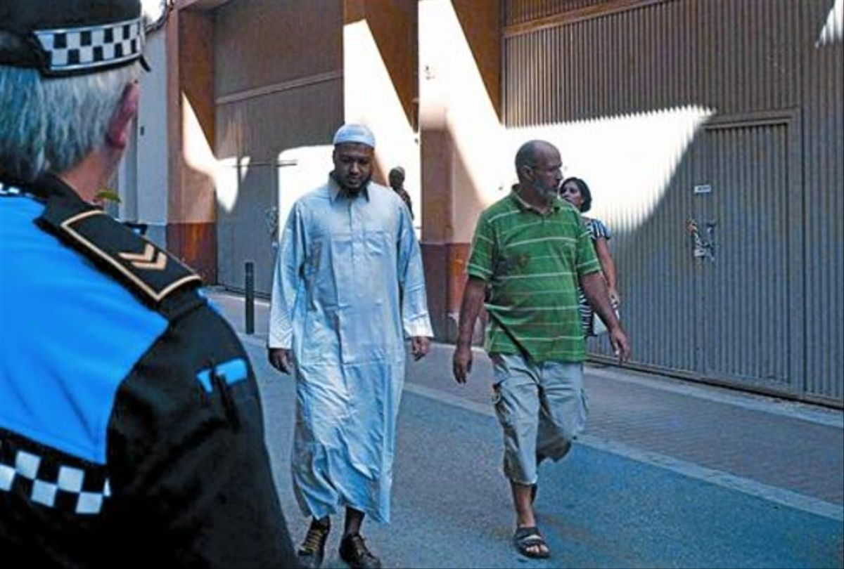 Un urbano de Lleida observa el local de la mezquita del Nord tras la comunicación del cierre cautelar, ayer.