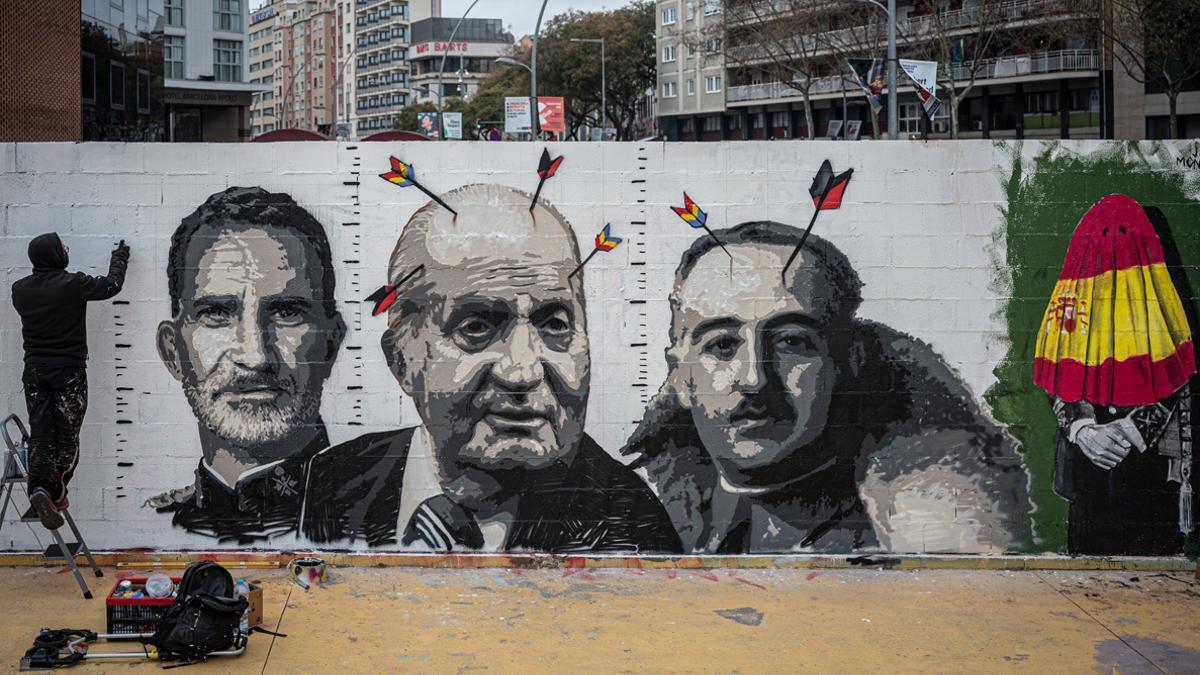 Roc Blackblock ultima su mural de denuncia de la monarquía en Barcelona, un ejemplo reciente de 'artivismo'.