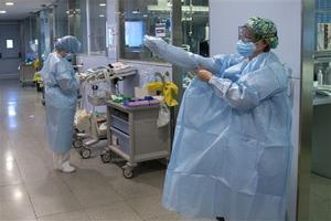 Enfermeras en una unidad de críticos.