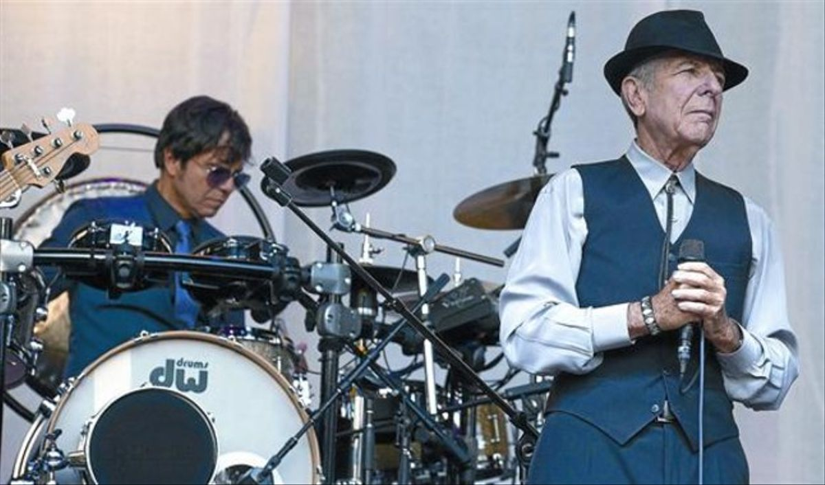 El cantautor canadiense Leonard Cohen, durante el concierto que ofreció anoche en la Plaza de Sint-Pieters en la ciudad de Gante, Bélgica, inicio de la gira que le traerá a Barcelona.
