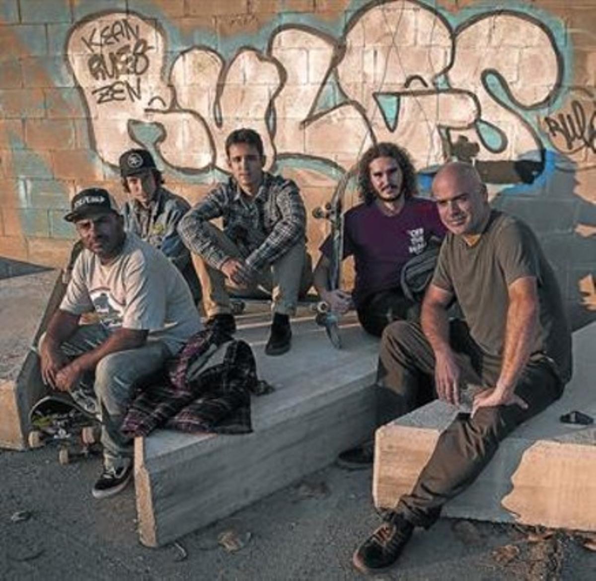 Arenas (izquierda), Juárez (derecha) y tresde los 'skaters' que han colaborado en laconcepción de la instalación.