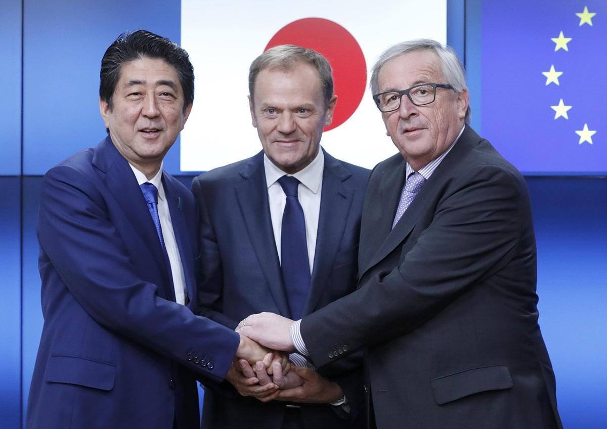 El presidente de la Comisión Europea,Jean-Claude Juncker (a la derecha), con el presidente del Consejo de la UE, Donald Tusk, y el primer ministro japonés, Shinzo Abe.
